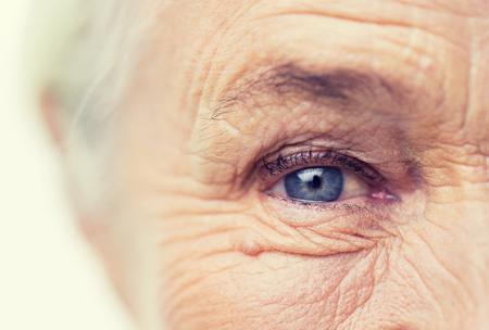 나이, 비전 및 노인 개념 - 수석 여자 얼굴 및 눈을 가까이