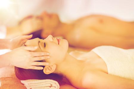 picture of couple in spa salon getting face treatment Foto de archivo
