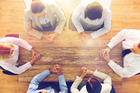 affari, le persone e il concetto di lavoro di squadra - Primo piano del team creativo seduto al tavolo in ufficio