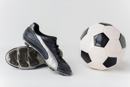 pelota de futbol: deporte, fútbol, ??fútbol y equipamiento deportivo concepto - cerca de la bola y las botas