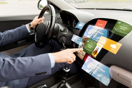 전송, 현대 기술, 비즈니스, 미디어 및 사람들이 개념 - 보드 컴퓨터 화면에 뉴스와 함께 운전하는 사람