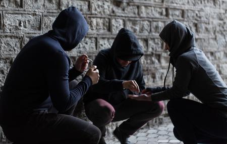 drugsmisbruik, verslaving en slechte gewoonten concept - close-up van jonge mensen het roken van sigaretten en het gebruik van drugs in openlucht