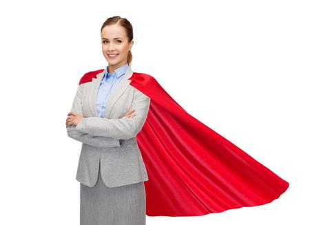 koncepcja biznesu, władzy i ludzi - młoda uśmiechnięta kobieta w czerwonej pelerynie superbohatera