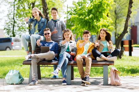 multitud gente: la educación, la escuela secundaria y la gente concepto - grupo de estudiantes adolescentes felices con las computadoras tablet pc en el patio del campus