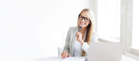 image intérieure de femme souriante avec des documents et un stylo Banque d'images