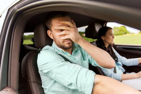 Freizeit, Road Trip, Reisen und Menschen Konzept - Frau lernen, Auto fahren und Angst Mann Deckung Gesicht mit seiner Handfläche