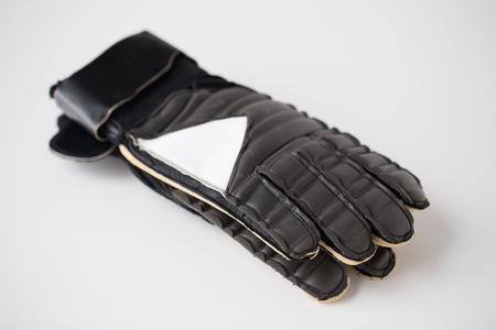 portero de futbol: deporte, el f�tbol y el equipo de deportes concepto - cerca de guantes de portero de f�tbol Foto de archivo
