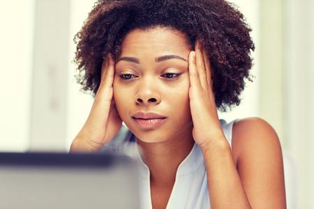 Bildung, Wirtschaft, scheitern und Technologie-Konzept - African American Geschäftsfrau oder Student mit Laptop-Computer und Papiere im Büro Standard-Bild