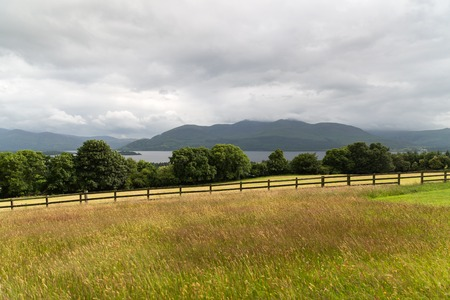 性質および景色のコンセプト - 湖または川、丘、アイルランドのコネマラに位置するビュー