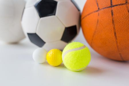balones deportivos: deporte, gimnasio, juegos, artículos deportivos y objetos concepto - cerca de los diferentes deportes conjunto de bolas