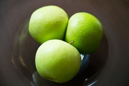 plato de comida: food, fruits, diet and healthy eating concept - close up of green apples on glass plate