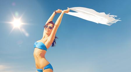 Bild der schönen Frau im Bikini und Sonnenbrille