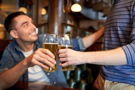 사람, 남성, 레저, 우정과 축 하 개념 - 맥주를 마시는 술집 및 술집 또는 술집에서 clinking 행복 한 남성 친구 스톡 콘텐츠