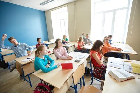 l'éducation, l'intimidation, les conflits, des problèmes et des gens concept - étudiants commérages derrière camarade retour à l'école
