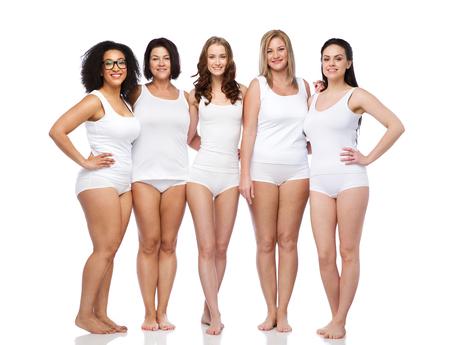 Konzept Freundschaft, Schönheit, Körper positiv und Menschen - Gruppe von glücklichen Frauen unterschiedlich in der weißen Unterwäsche Standard-Bild - 63832518