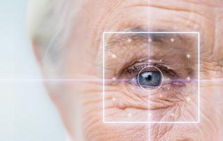 나이, 시력, 수술, 시력 사람들 개념 - 가까운 레이저 빛 수석 여자의 얼굴과 눈까지