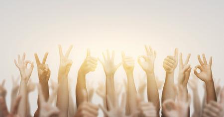 mucha gente: gesto y partes del cuerpo concepto - Manos humanas que muestran los pulgares arriba, ok y signos de la paz Foto de archivo