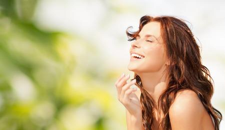 아름다움, 여름, 감정, 표현 및 사람들이 개념 - 녹색 자연 배경 위에 행복 한 아름 다운 여자 스톡 콘텐츠