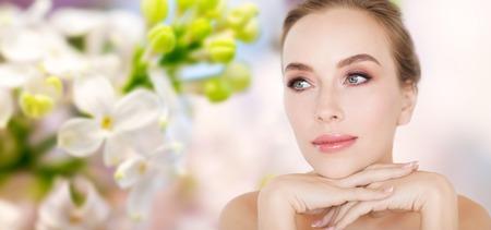 belleza, la gente y el concepto del cuerpo joven cara y las manos más de -beautiful lila natural de fondo flor