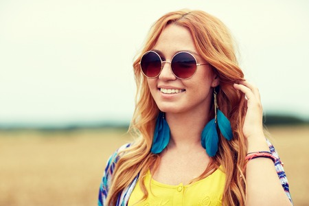 mujer hippie: nature, summer, youth culture and people concept - smiling young redhead hippie woman in sunglasses outdoors