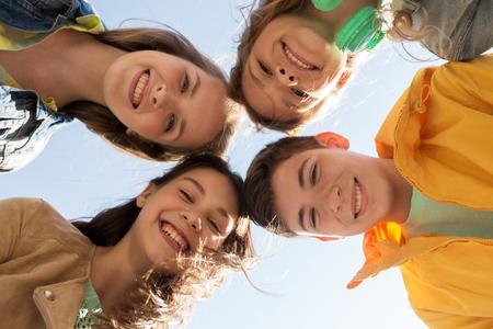 l'amitié et les gens concept - groupe heureux amis chez les adolescentes en plein air