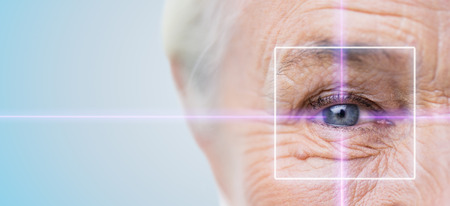 年齢、ビジョン、手術、視力と人々 のコンセプト - レーザー光と年配の女性の顔と目のクローズ アップ