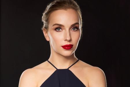 red lips: la gente, el lujo y el concepto de moda - hermosa mujer en negro con labios rojos sobre fondo oscuro