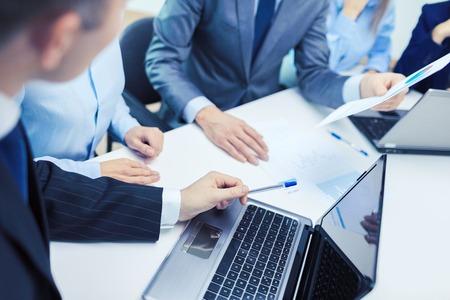 Geschäfts- und Bürokonzept - Nahaufnahme von Business-Team mit Dateien und Laptop-Computer im Büro