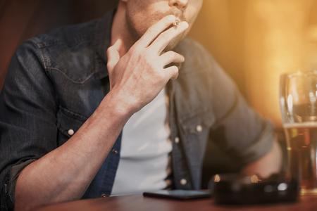 malos habitos: personas, adicción a la nicotina y los malos hábitos concepto - cerca del hombre de beber cerveza y fumar cigarrillos en el bar o pub