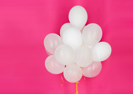 vakantie, verjaardag, partij en decoratieconcept - sluit omhoog van opgeblazen witte heliumballons over roze achtergrond Stockfoto