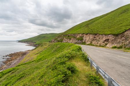 viaggio e campagna concept - strada asfaltata in modo atlantico selvaggio a connemara in Irlanda Archivio Fotografico