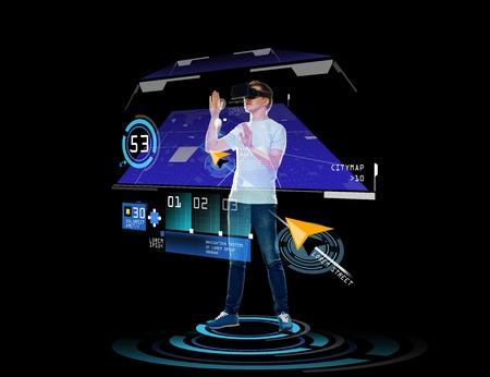 La tecnología 3D, realidad aumentada, juegos de azar, el ciberespacio y el concepto de la gente - hombre joven feliz en casco de realidad virtual o gafas 3d con la proyección de navegador GPS sobre el fondo negro