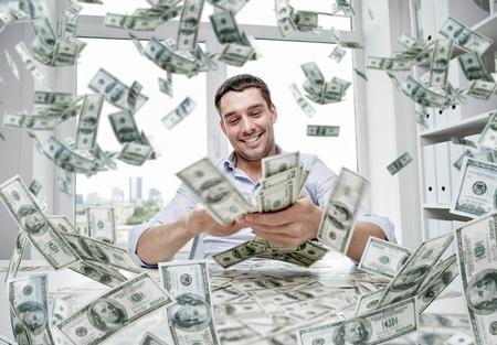 dinero: negocio, la gente, el éxito y el concepto de la fortuna - hombre de negocios feliz con el montón de dinero en dólares en la oficina