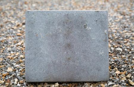 placa bacteriana: tumba y el entierro concepto - cerca de la vieja lápida o placa cementerio lápida