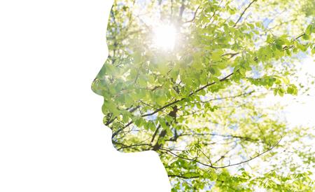 la belleza, la naturaleza, los viajes y el concepto de la ecología - Retrato de perfil de la mujer con el follaje del árbol verde con efecto doble exposición