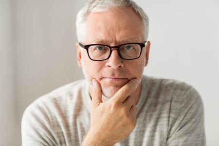 古い時代、問題および人々 のコンセプト - 考えてメガネで年配の男性のクローズ アップ