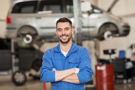 Samochód usługa, naprawa, utrzymanie i ludzie pojęć, - szczęśliwy uśmiechnięty auto mechanika mężczyzna, kowal przy warsztatem lub