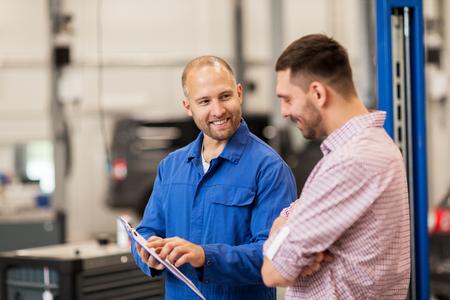 Auto-Service, Reparatur, Wartung und Menschen Konzept - Mechaniker mit Zwischenablage im Gespräch mit Mann oder Eigentümer im Autogeschäft Standard-Bild - 65131843