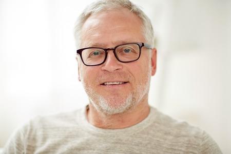 Ouderdom, visie en mensenconcept - close-up van lachende senior man in glazen Stockfoto - 65132094