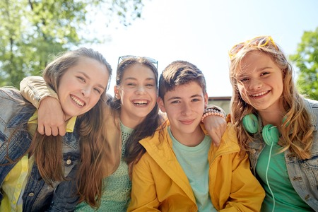 La amistad y el concepto de la gente - grupo de estudiantes adolescentes felices o amigos al aire libre Foto de archivo - 64861047