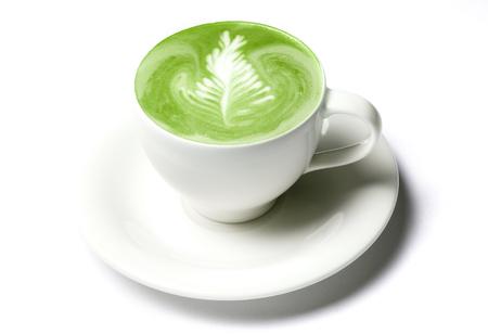drank, voeding, gewichtsverlies en vermagering concept - kopje matcha groene thee latte over wit