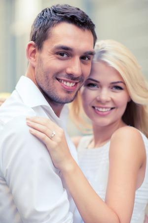 verlobt: Sommerferien, Feiern und Hochzeit Konzept - junge Brautpaar in der Stadt