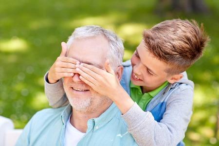 가족, 세대 및 사람들이 개념 - 행복 할아버지와 손자 재생 추측 여름 공원에서 게임 스톡 콘텐츠