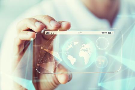 concetto di affari, tecnologia, scienza e la gente - close up della mano maschile azienda e mostrando trasparente spettacolo di terra del globo di smartphone