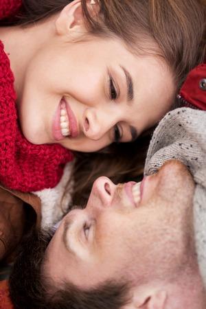 caras felices: amor, las relaciones, la familia y las personas concepto - cerca de la feliz pareja joven y sonriente caras
