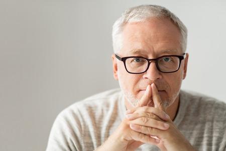 Alter, Problem und Konzept Menschen - Nahaufnahme des älteren Mannes in den Gläsern zu denken