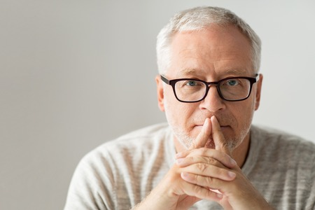 ouderdom, probleem en mensen concept - close-up van de hogere mens in glazen het denken Stockfoto