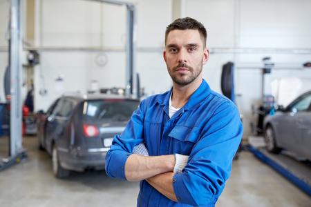 Auto-Service, Reparatur, Wartung und Menschen Konzept - Automechaniker Mann oder Schmied an der Werkstatt Standard-Bild - 65199972