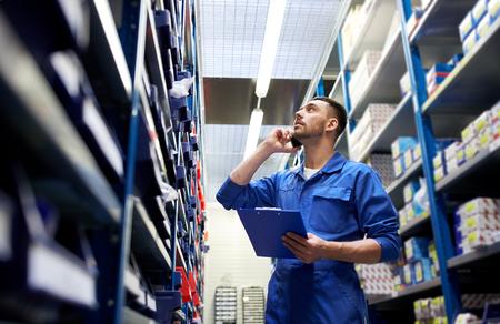 車のサービス、修理、保守および人々 のコンセプト - オート メカニック マニュアルまたはワーク ショップや倉庫でスマート フォンで呼び出すクリ