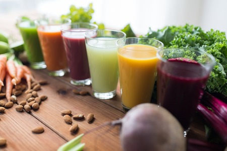 alimentos y bebidas: alimentación saludable, las bebidas, la dieta y el concepto de desintoxicación - vidrios con diferentes jugos de frutas o vegetales, y la comida en la mesa Foto de archivo